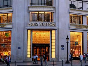 4b37ef63c2ca Louis Vuitton ( Луи́ Витто́н) – один из старейших французских Модных домов,  специализирующийся на производстве мужской, женской и детской одежды, ...